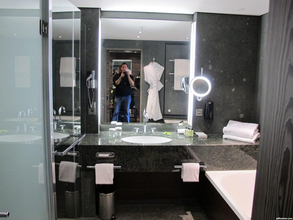 Large and elegantly decorated bathroom