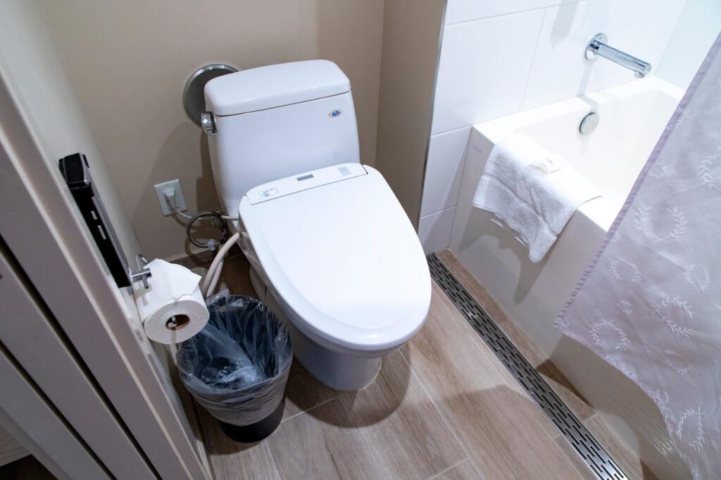 Sheraton Waikiki standard bathroom