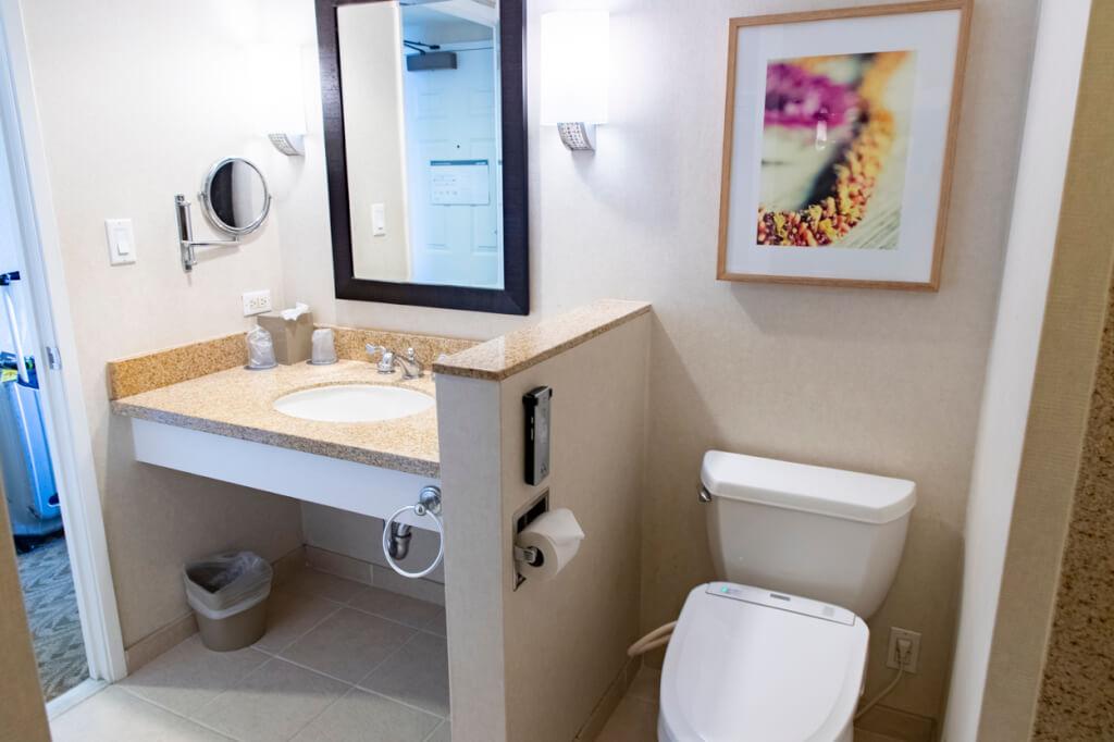 Westin Moana Surfrider Tower room bathroom